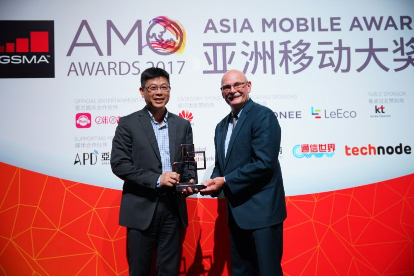 Jiang Wangcheng (left), President of Huawei IoT Solution, receiving the award at MWC 2017
