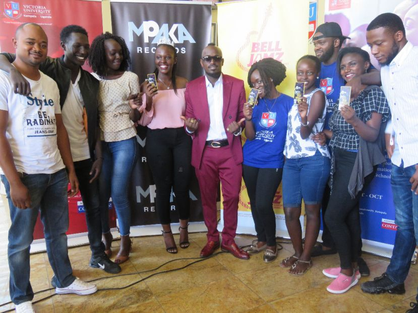 Ykee Benda posing for photos with Victoria University students