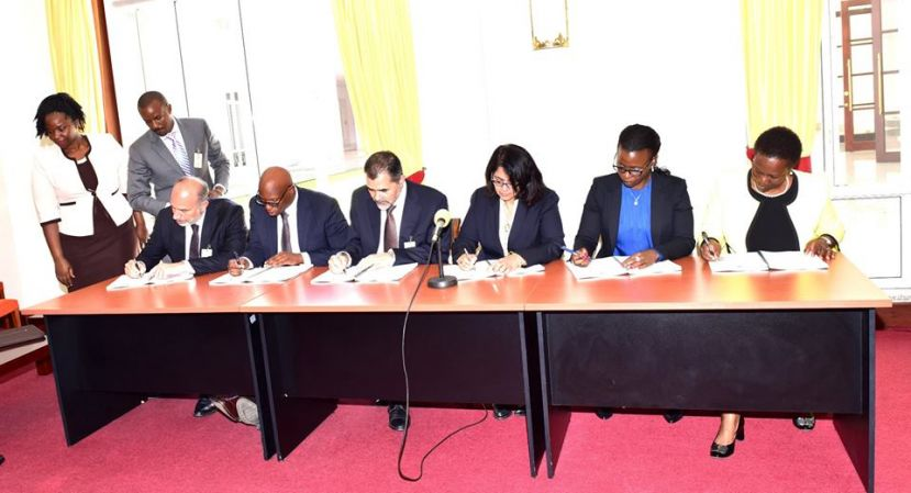 Government of Uganda and investors signing the paperwork